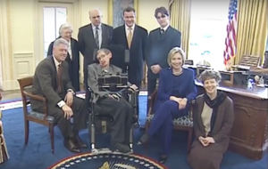 Als die Welt noch in Ordnung war - Steven Hawking im Weißen Haus mit dem Clintons ( (1998) Quelle:  https://commons.wikimedia.org/wiki/File:Stephen_Hawking_and_Clintons_in_White_House_March_5,_1998_(05).png